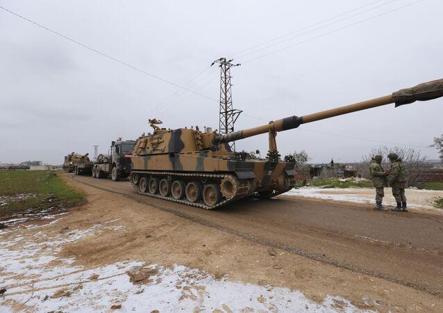 Un convoi militaire turc près de la ville d'Idlib, en Syrie, mercredi 12 février 2020