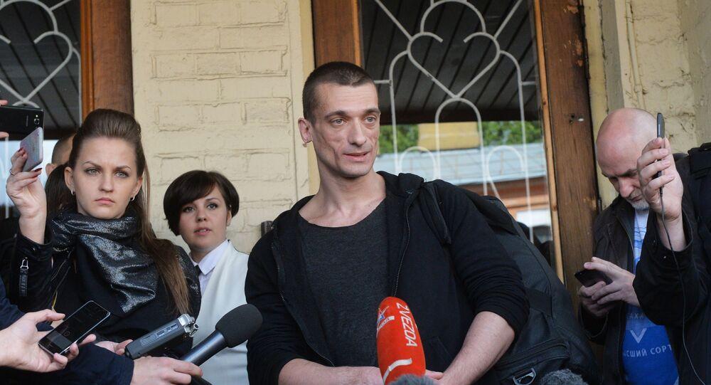 Pavlenski entouré de journalistes devant un tribunal de Moscou.