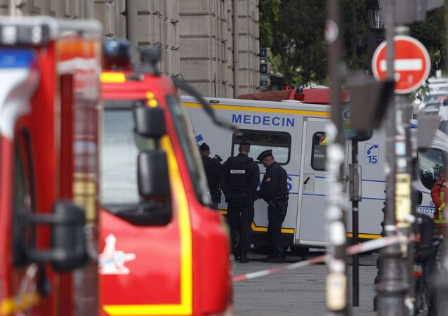 Ambulance et policiers en France