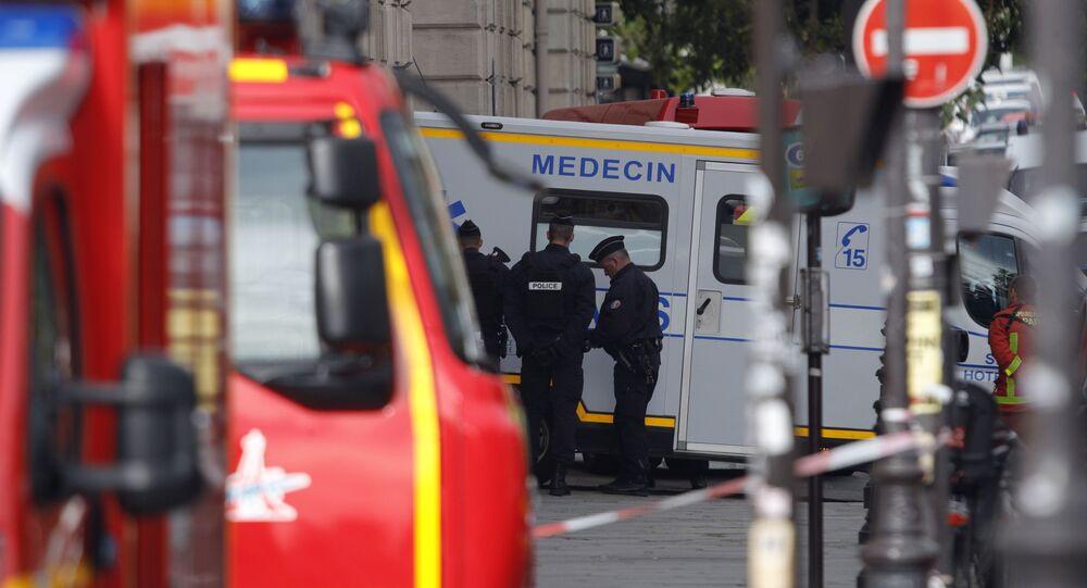 Ambulance et policiers en France