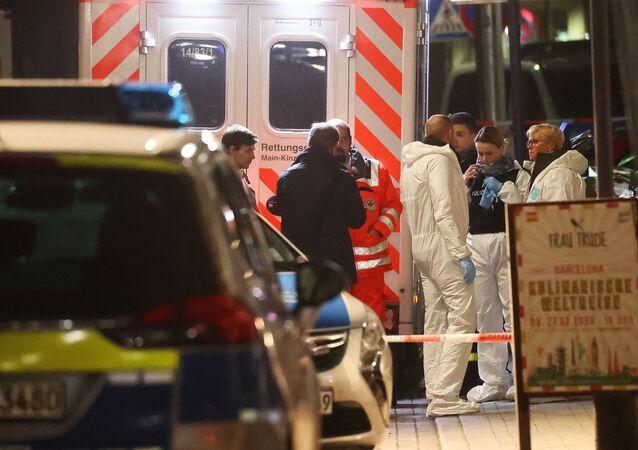 Des experts en médecine légale sont vus à l'extérieur d'un bar à chicha après une fusillade à Hanau près de Francfort, en Allemagne, le 20 février 2020.
