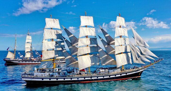 Le bateau-êcole Pallada lors d'une régate «Voiles de la Paix» dehors, dans l'Atlantique sud