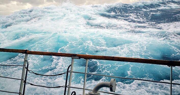 Tempête force sept, lors d'une régate russe toutes «Voiles de la Paix» dehors, dans l'Atlantique sud