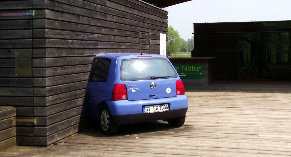 Une voiture encastrée dans une maison (image d'illustration)