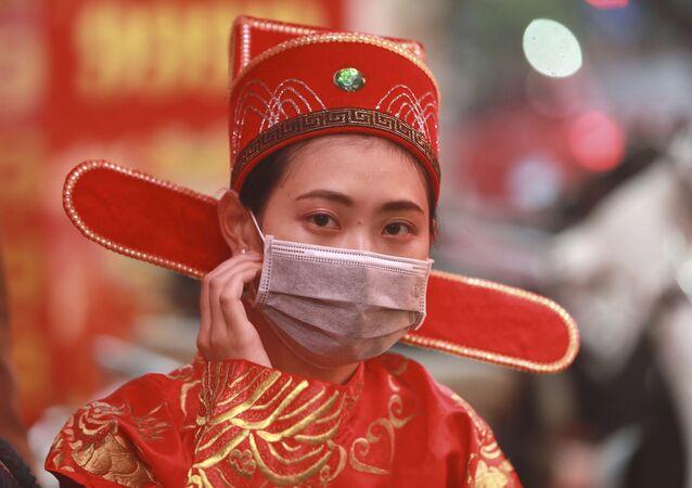 Une femme porte un masque protecteur (image d'illustration)