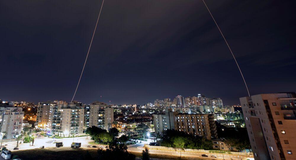 Le système israélien Dôme de fer intercepte des roquettes tirées depuis la bande de Gaza en direction de la ville d'Ashkelon le 23 février 2020