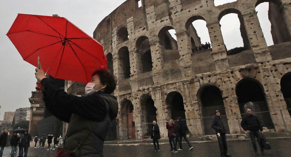 Une tourise devant le Colisée à Rome