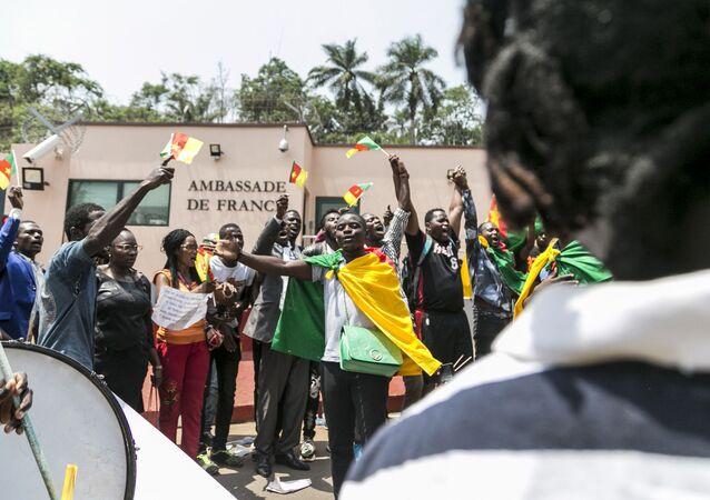 Manifestation devant l'ambassade de France à Kameroun