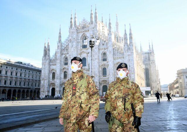 Carabiniers en masques à Milan