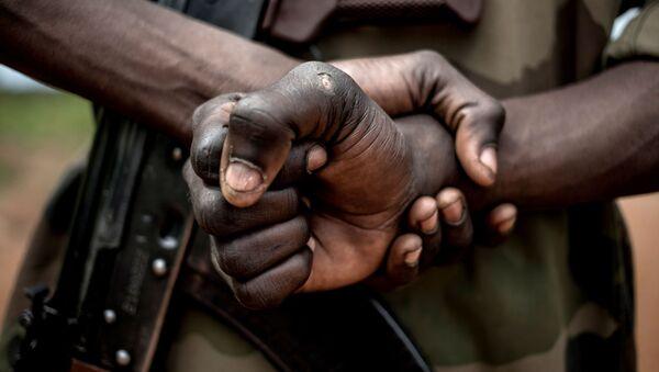 Un soldat des Forces armées centrafricaines avec un AK-47 - Sputnik France