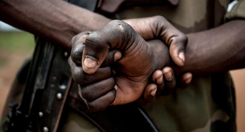 Un soldat des Forces armées centrafricaines avec un AK-47
