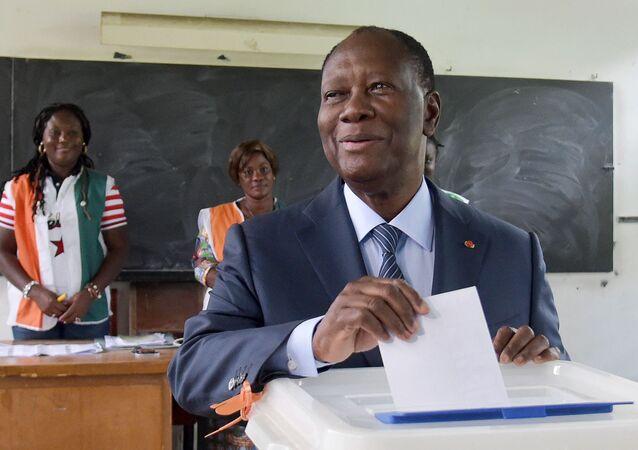 Le Président ivoirien Alassane Ouattara en train de voter, le 13 octobre 2018.