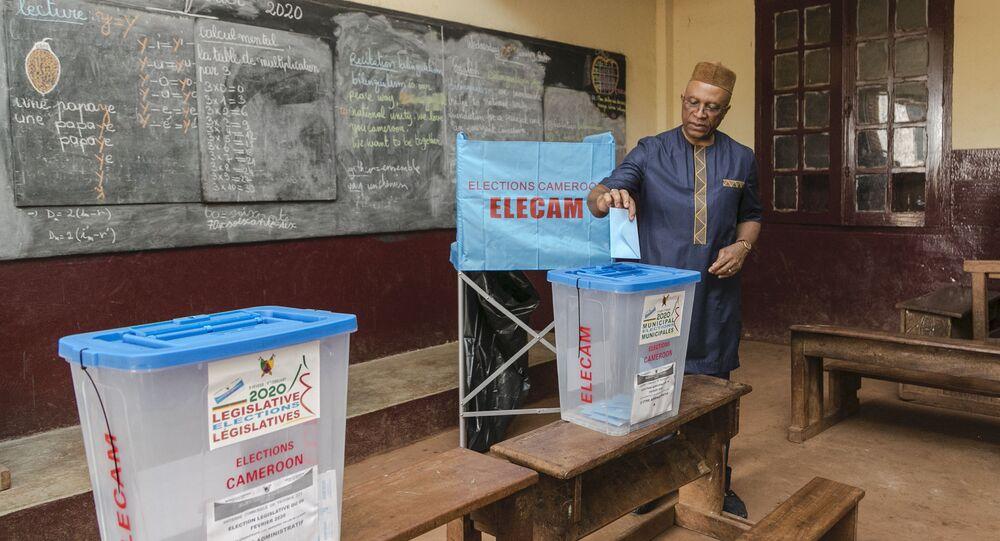 Le gouverneur de la région Centre Paul Naseri Bea en train de voter à Yaoundé, le 9 février 2020.