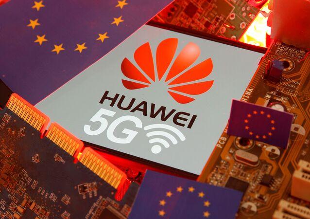 Le logo de Huawei avec le signe 5G sur fond de drapeau européen