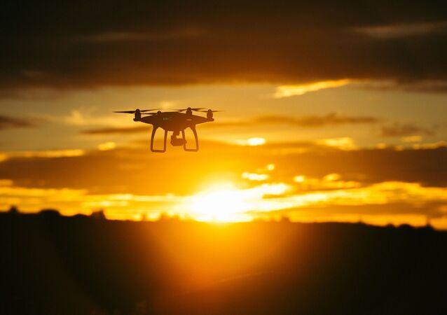 Un drone dans le ciel (image d'illustration)