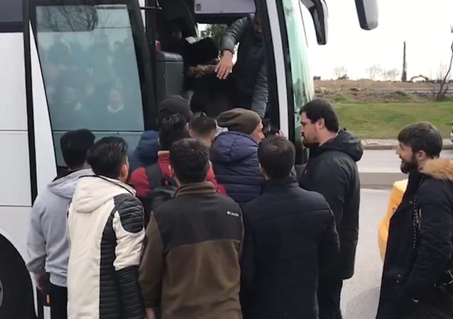 Des réfugiés montent à bord de bus à Istanbul pour se diriger vers la frontière avec l'UE