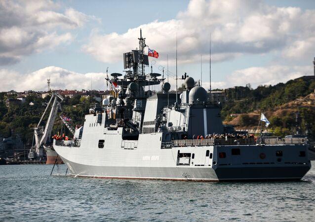 La frégate Amiral Makarov fait route vers la Méditerranée
