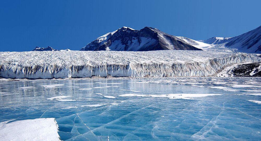 Antarctique: la glace bleue couvrant le Lac Fryxell