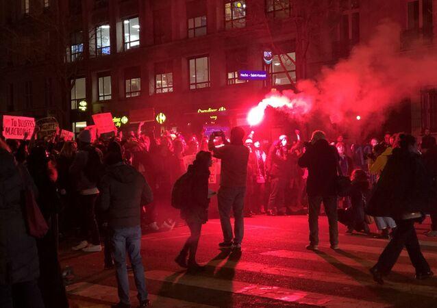 Des manifestants avec des fumigènes protestent contre les nominations du J'accuse de Roman Polanski.