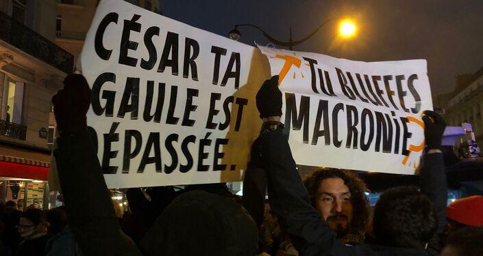 Une centaine de manifestants, pour la plupart des femmes, se sont réunis depuis 18h place des Ternes en protestation contre Roman Polanski et les nominations de son film J'accuse.