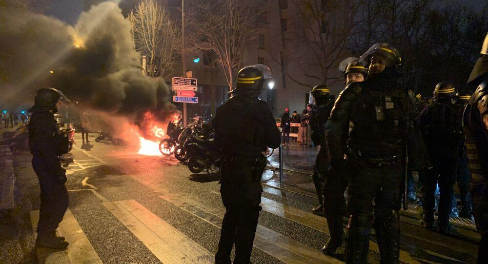 Tensions et gros incendie aux abords de la gare de Lyon à Paris
