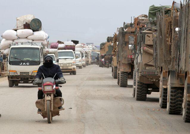 Véhicules militaires turcs près d'Idlib