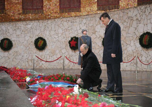 Vladimir Poutine dépose des fleurs à un monument à Volgograd