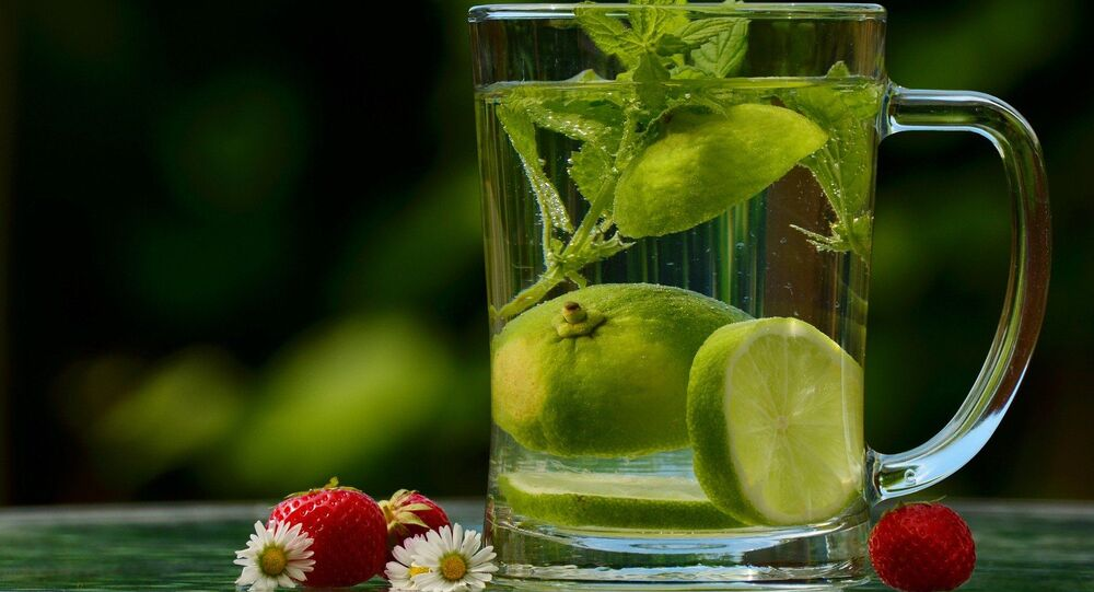De l'eau au citron (image d'illustration)