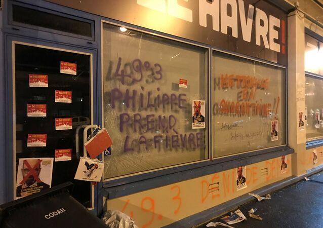 La permanence d'Édouard Philippe taguée et caillassée au Havre après le recours au 49.3