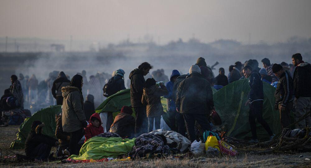 Des migrants près de la frontière entre la Turquie et la Grèce à Edirne