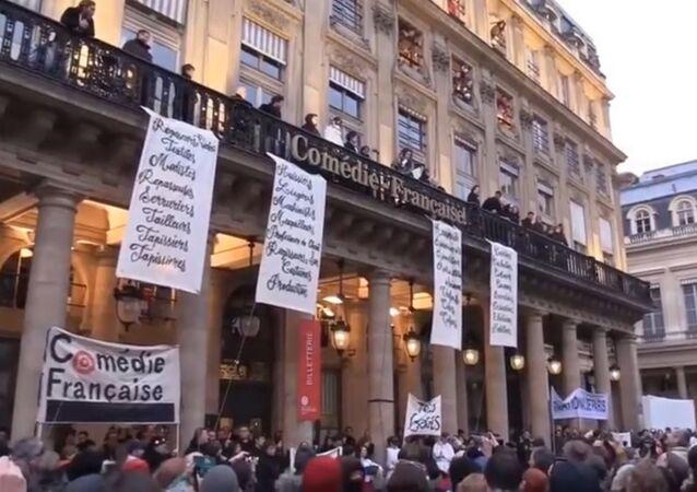 Réforme des retraites: rassemblement des employés de l'Opéra de Paris et de la Comédie-Française près de l'Opéra