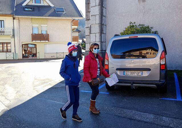 Des passants portant des maques en France