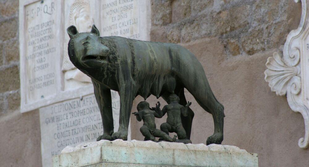 Sculpture de la louve du Capitole nourrissant deux bébés - Romulus et Remus, les fondateurs de Rome.