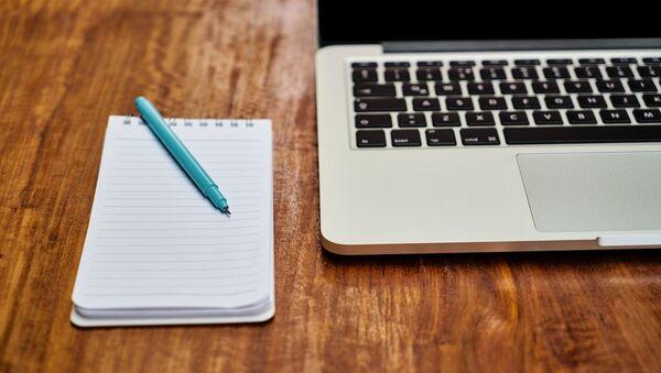 Un ordinateur portable et un carnet de notes - Sputnik France