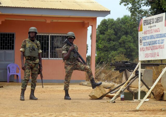 Deux soldats de l'armée camerounaise au poste frontière de Garoua-Boulai.