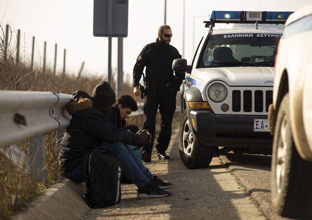 Arrestation de deux hommes qui ont tenté de franchir illégalement la frontière par la police à Marasia, Evros, à la frontière gréco-turque, à la suite d'une décision du gouvernement turc de ne pas empêcher les flux de réfugiés de pénétrer en Europe, Grèce, le 3 mars 2020.