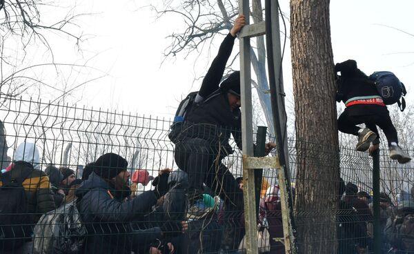 Le sort des réfugiés à la frontière turco-grecque  - Sputnik France