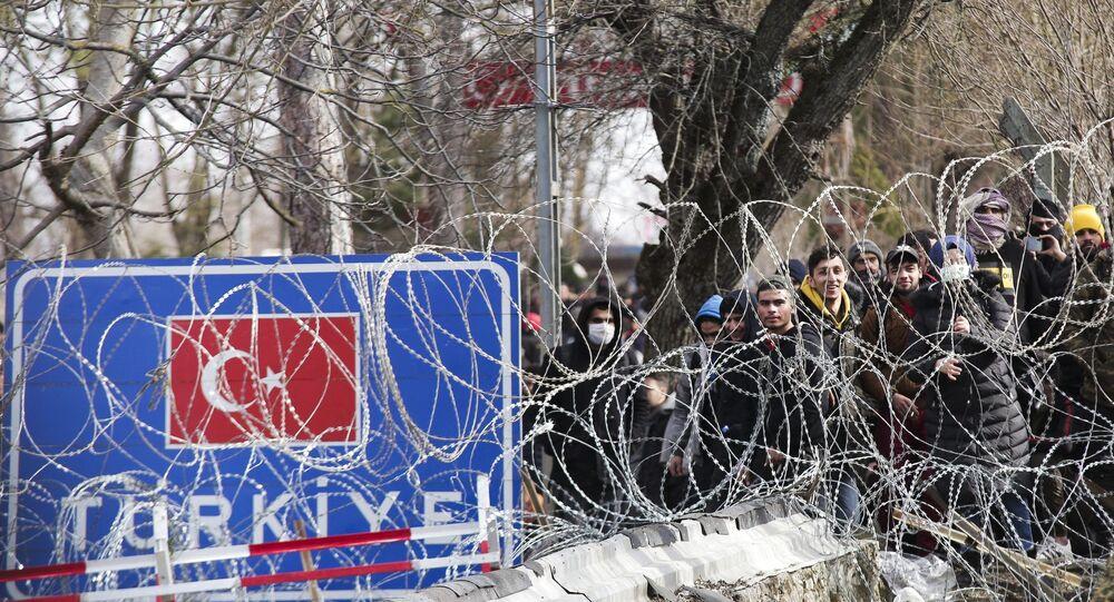 Des migrants amassés à Castanies, Évros, à la frontière gréco-turque