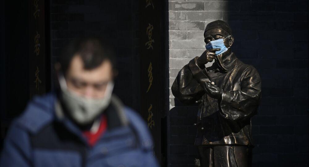 Statue en masque sur fond de coronavirus