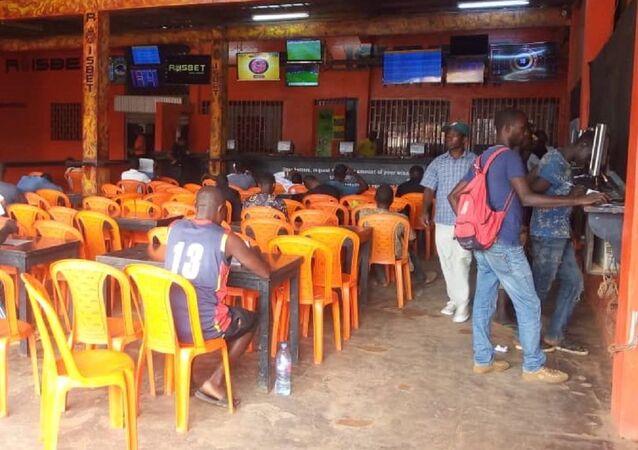 Une salle de paris sportifs à Yaoundé, Cameroun.