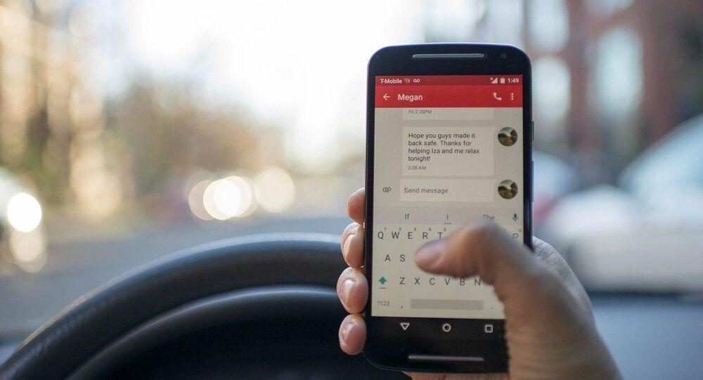 Utilisation du portable au volant. Image d'illustration