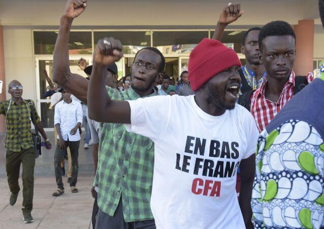 Les soutiens de Kémi Séba après la décision du tribunal de relâcher l'activiste, le 29 août 2017.