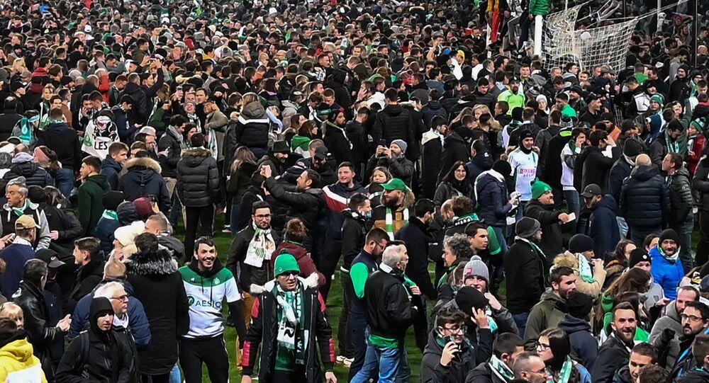 Une foule de supporters envahit le stade de Saint-Étienne