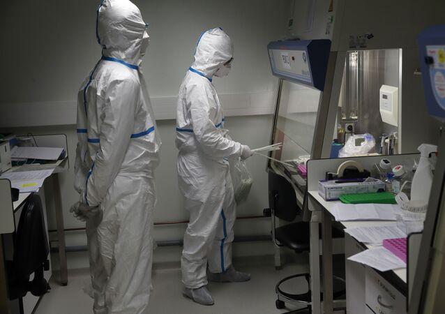 Des scientifiques à l'Institut Pasteur de Paris, le 6 février 2020