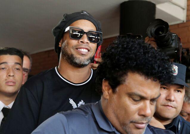 Ronaldinho quitte le bâtiment du ministère public, le 5 mars 2020