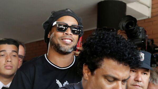 Ronaldinho Gaúcho deixa edifício do Ministério Público do Paraguai após prestar depoimento, em 5 de março de 2020 - Sputnik France