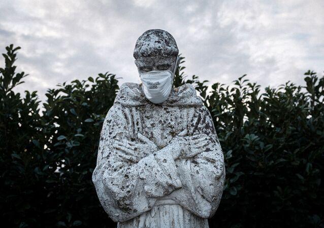 Masque de protection sur la statue du saint patron de l'Italie, Saint François à San Fiorano