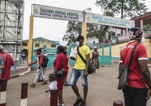 Des passants devant l'hôpital de Yaoundé au Cameroun.