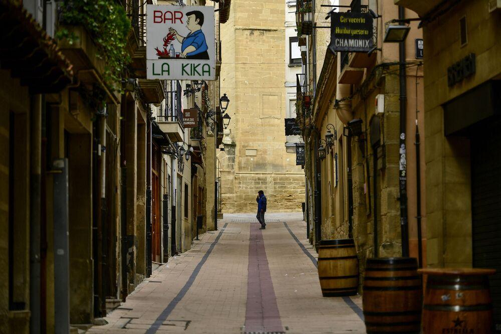 Un piéton sur une rue déserte dans un village espagnol (archive photo)
