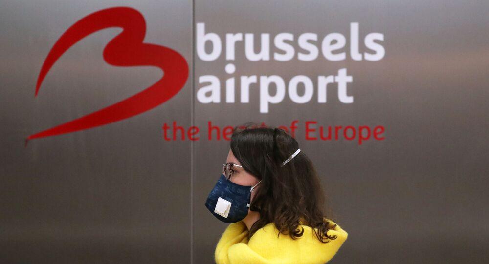 Une femme portant un masque à l'aéroport de Zaventem à Bruxelles